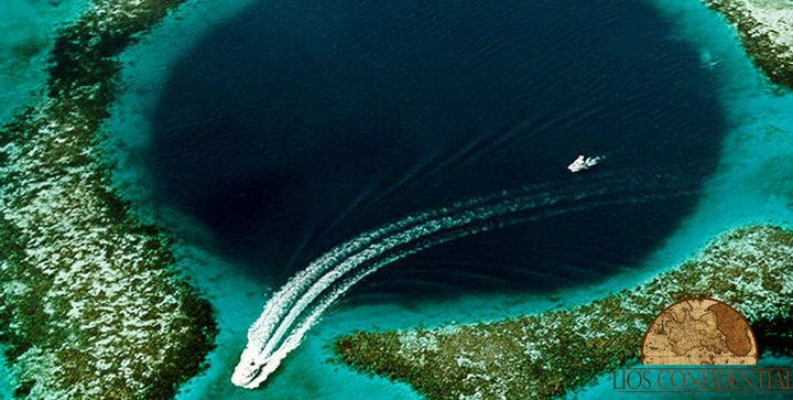 The great Blue Hole is one of the main attractions of Belize.
