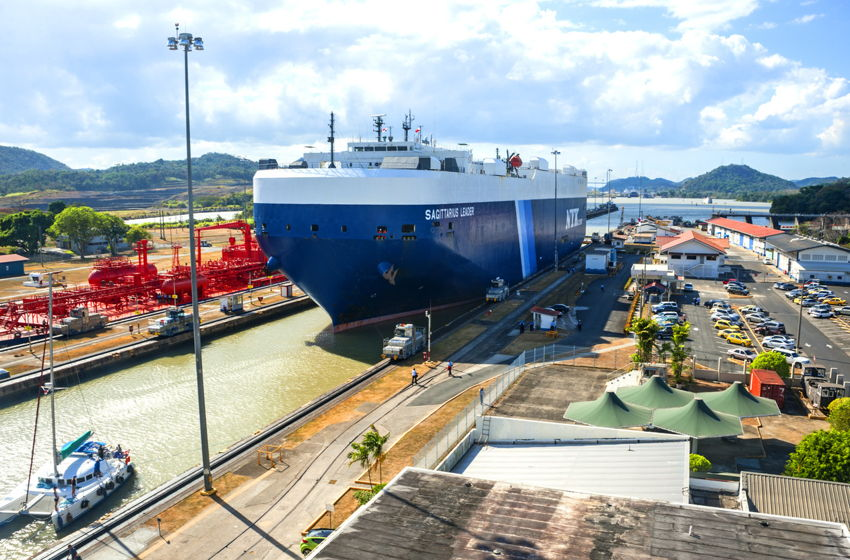a ship going through the panama canal