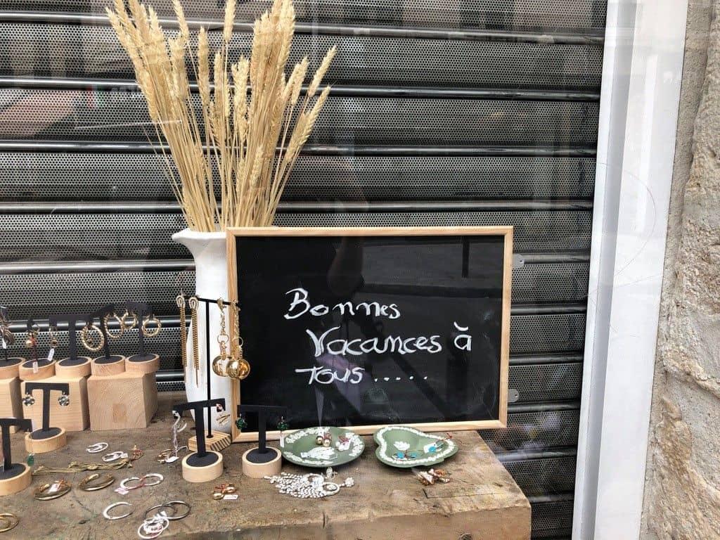 Bonne vacances sign in Paris